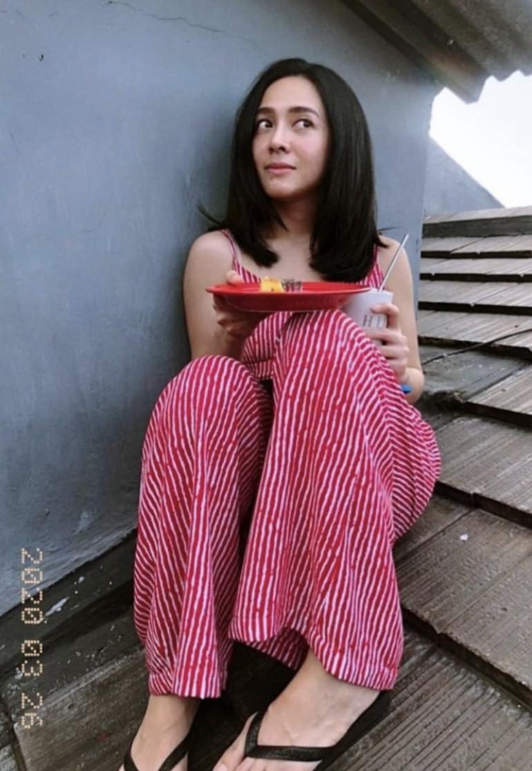 Foto Gaya 7 Artis Indonesia Berjemur Di Atas Genting Ada