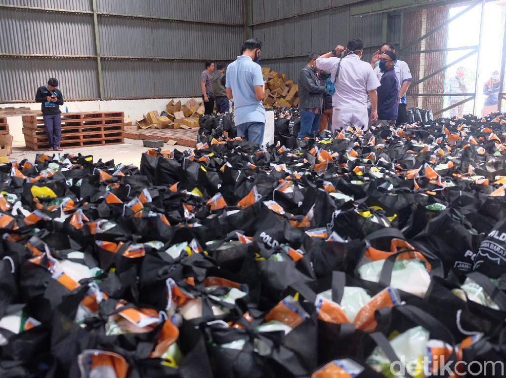 2.500 Paket Sembako Dibagikan untuk Buruh di Jabar yang Dirumahkan