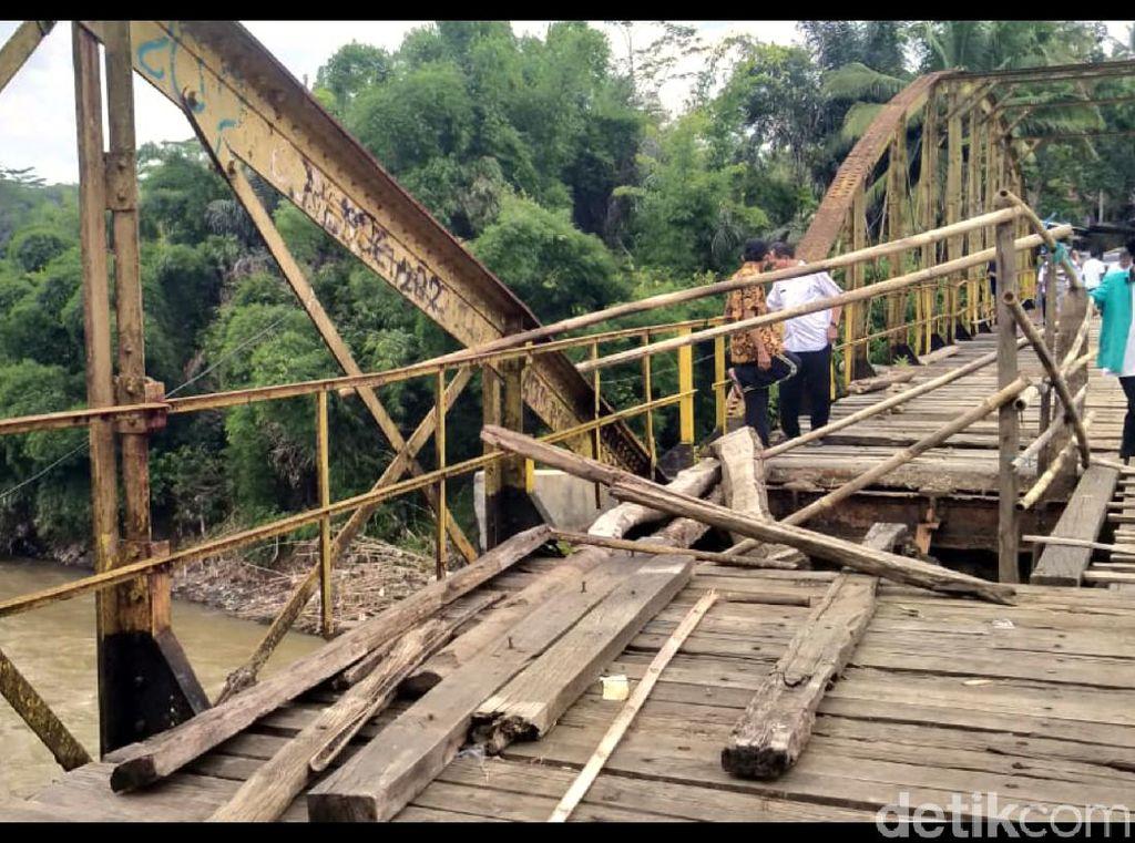 Warga Keluhkan Jembatan Penghubung Desa Sukabumi-Cianjur yang Jebol