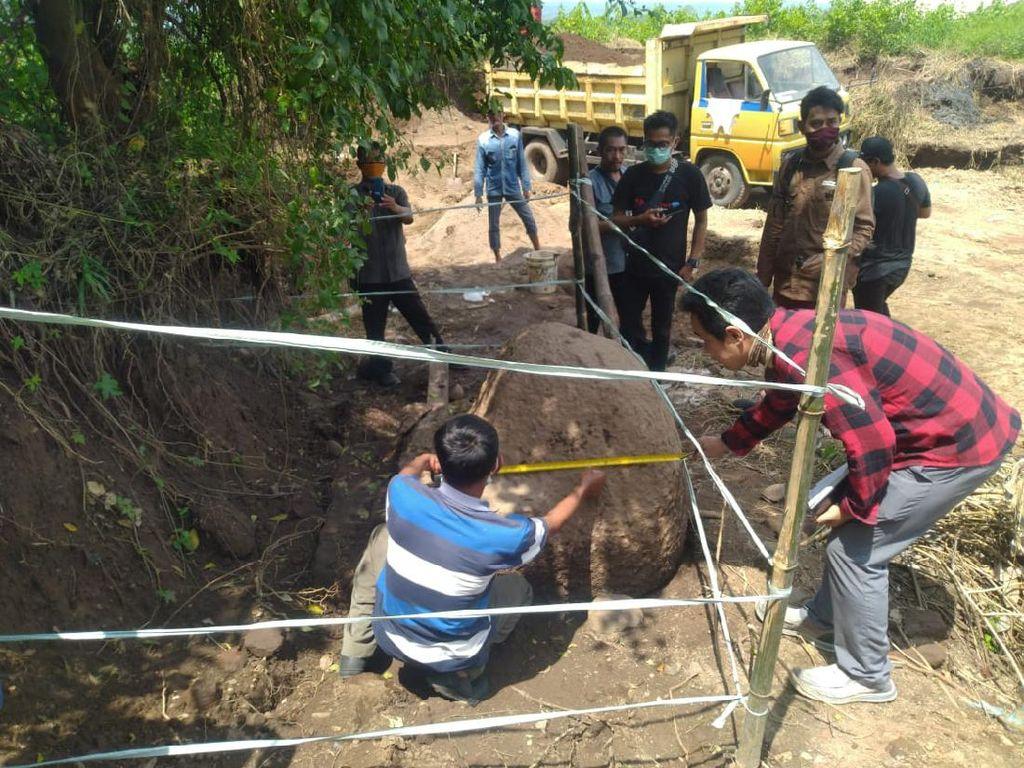 Penggali Tanah Uruk Temukan Batu Pipi Candi di Situs Kumitir Mojokerto