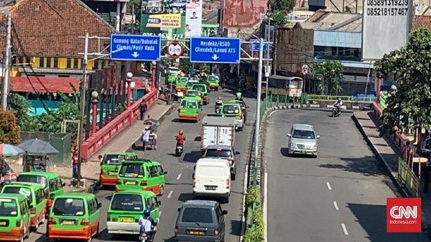 Jalan di depan Stasiun Bogor didominasi oleh angkot di hari pertama PSBB.