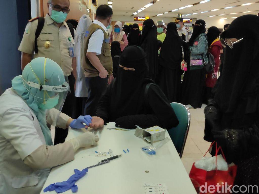 Tiba di Bandara Hasanuddin, Ratusan Santri dari Jatim Jalani Rapid Test