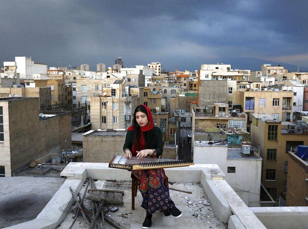Ragam Aksi Musisi Iran Main di Atap Rumah saat Karantina