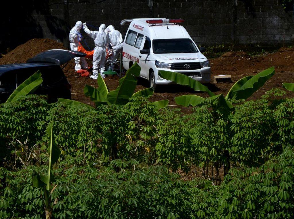 Curhat Pilu Sopir Mobil Jenazah yang Makamkan Puluhan Korban COVID-19 Setiap Hari