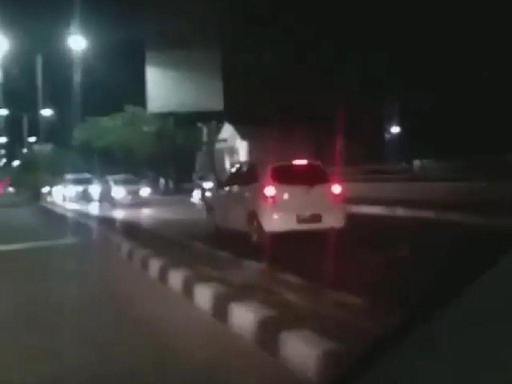Terlalu! Pengendara ini Tabrak Pembatas Jalan dan Mengemudi Lawan Arus