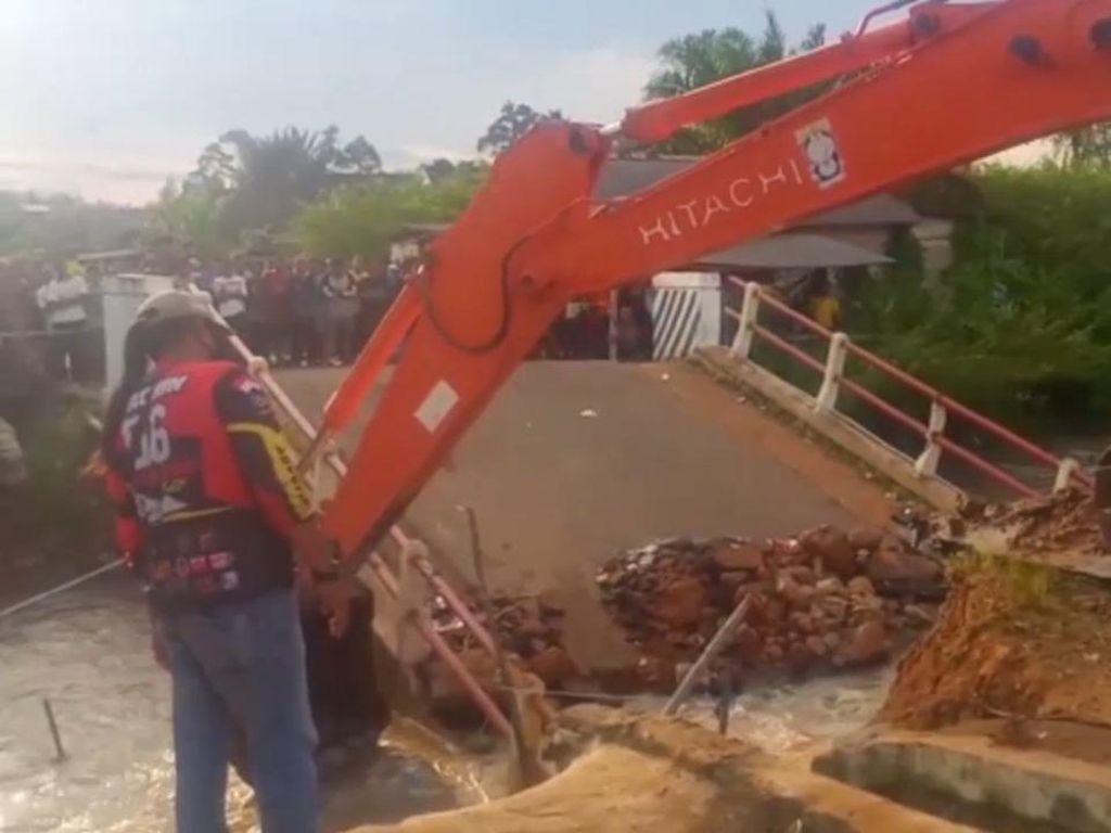 Jembatan Ambruk di Bangka Belitung, 1 Orang Terseret Arus