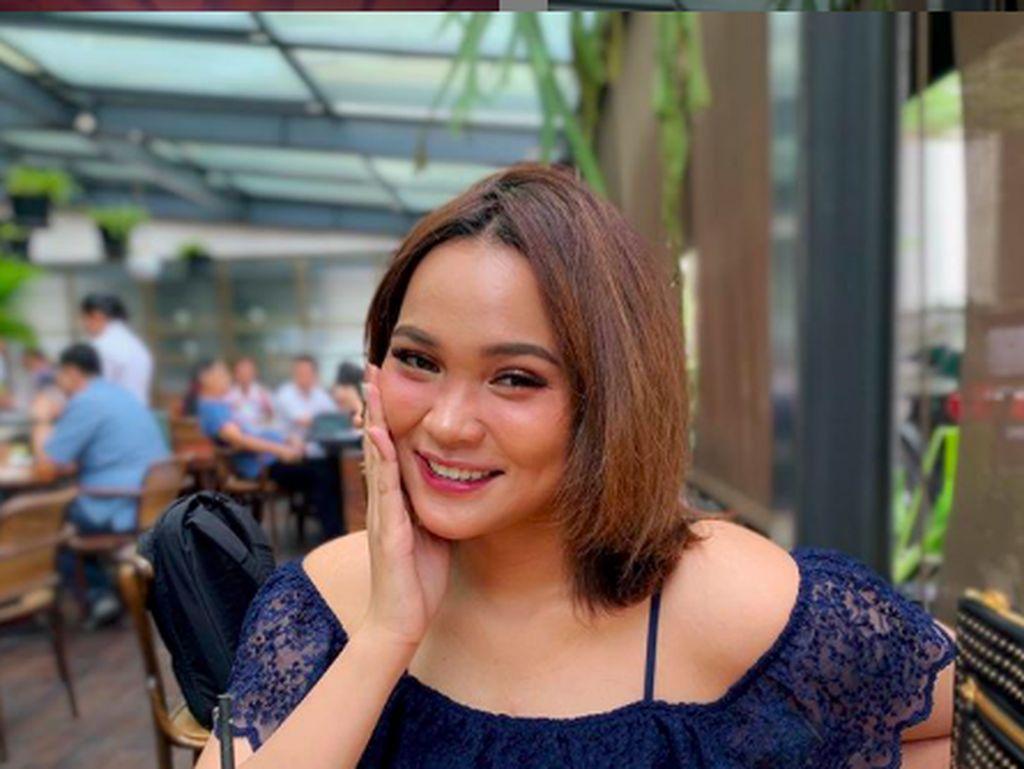 10 Potret Dinda Shafay Saat Ngemil dan Nongkrong di Kafe