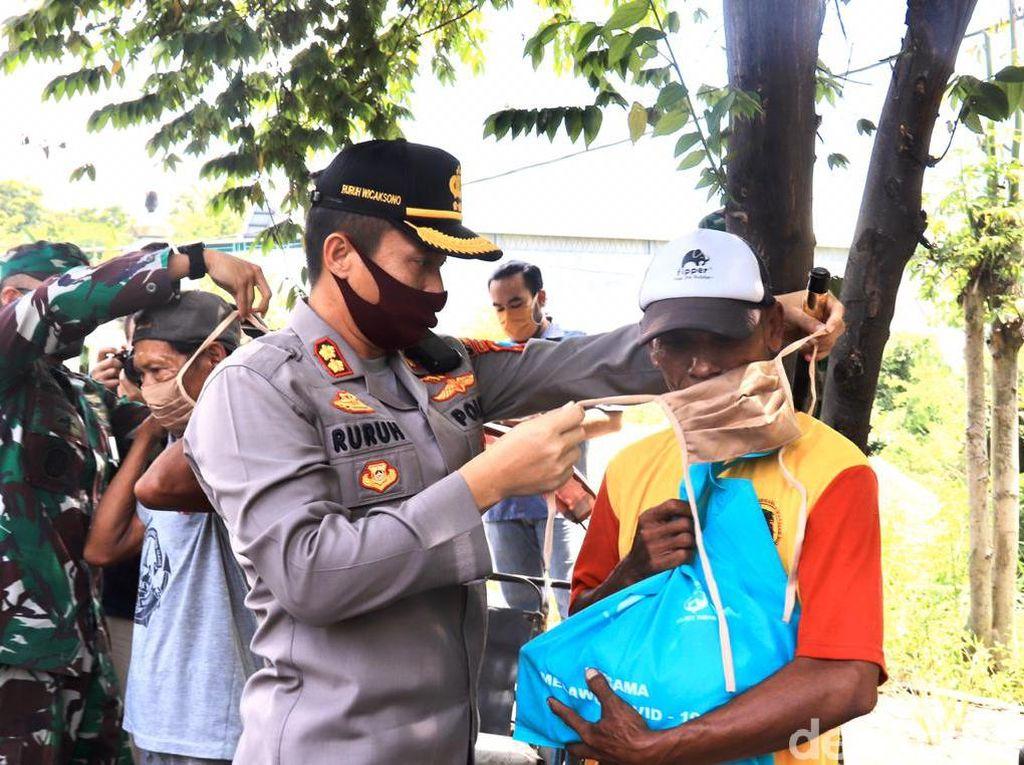 Senangnya Pekerja Harian di Tuban Dapat Sembako di Tengah Pandemi  Corona