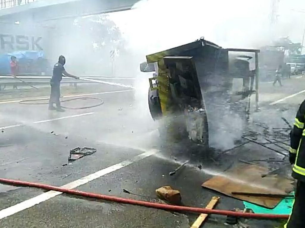 Truk Terbakar di Jalan Tol Medan Akibat Kecelakaan, Sopir Tewas