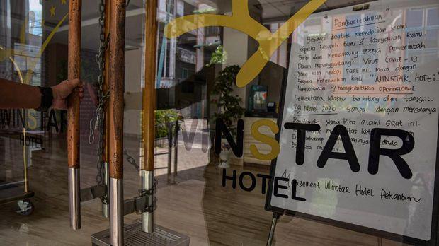 Sebuah hotel tutup sementara akibat wabah COVID-19 di Kota Pekanbaru, Riau, Sabtu (4/4/2020). Sejumlah hotel di Pekanbaru memilih tutup sementara karena berdasarkan data Persatuan Hotel dan Restoran (PHRI) Riau, tingkat hunian hotel anjlok tinggal 15 persen karena dampak pandemi COVID-19. ANTARA FOTO/FB Anggoro/hp.