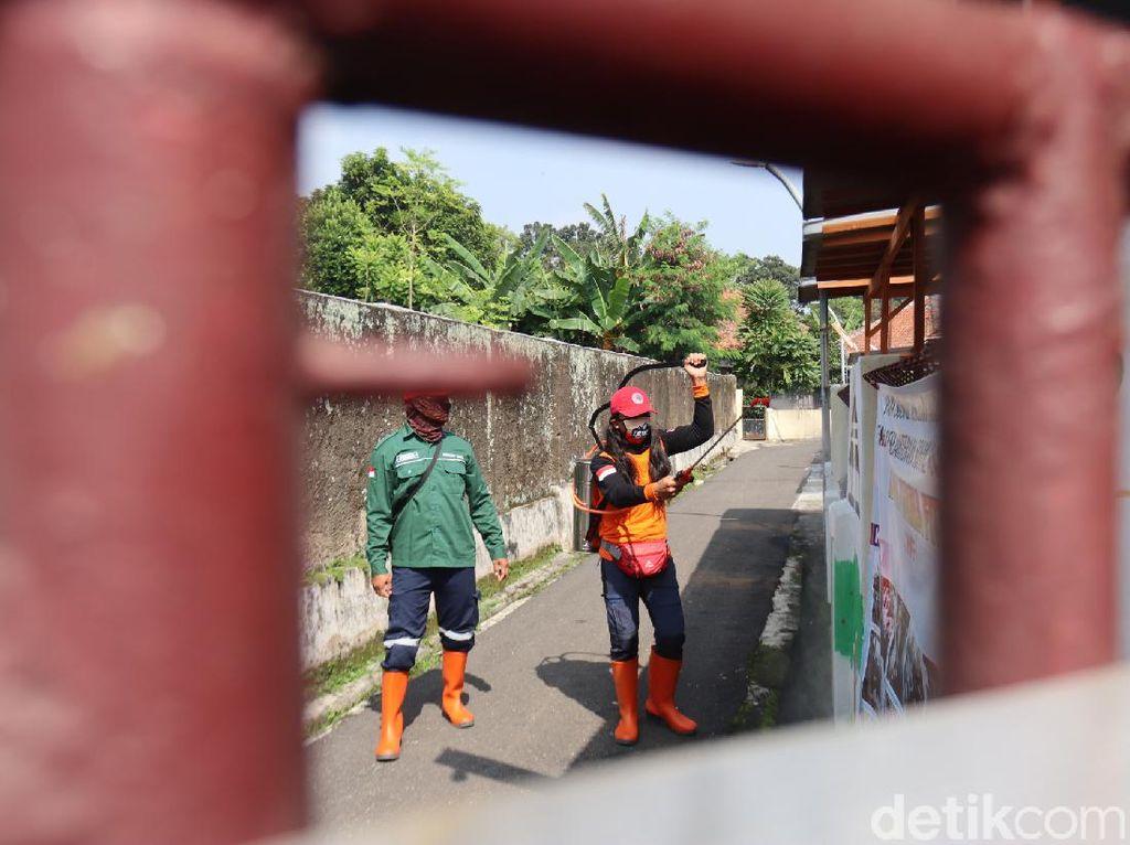 Lawan Corona, Posgab Jabar Semprot Disinfektan di Cicendo Bandung