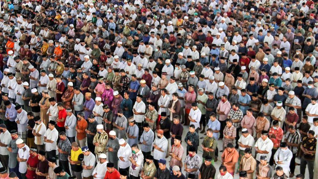 Suasana Salat Jumat Tanpa Pembatasan Jarak di Aceh