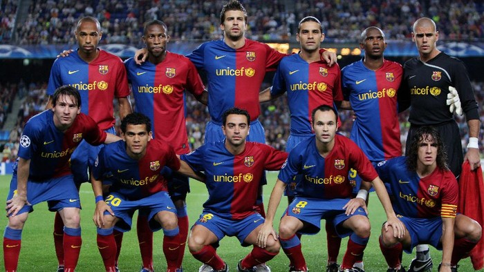 BARCELONA, SPAIN - SEPTEMBER 16:  Barcelona players (Bottem L-R) Lionel Messi, Daniel Alves, Xavier Hernandez, Andres Iniesta, Carles Puyol and (Top L-R) Thierry Henry, Seydou Keita, Gerard Pique, Rafael Marquez, Samuel Etoo and Victor Valdes pose for a team picture prior to the UEFA Champions League Group C match between Barcelona and Sporting Lisbon at the Camp Nou stadium on September 16, 2008 in Barcelona, Spain. Barcelona won the match 3-1.  (Photo by Jasper Juinen/Getty Images)