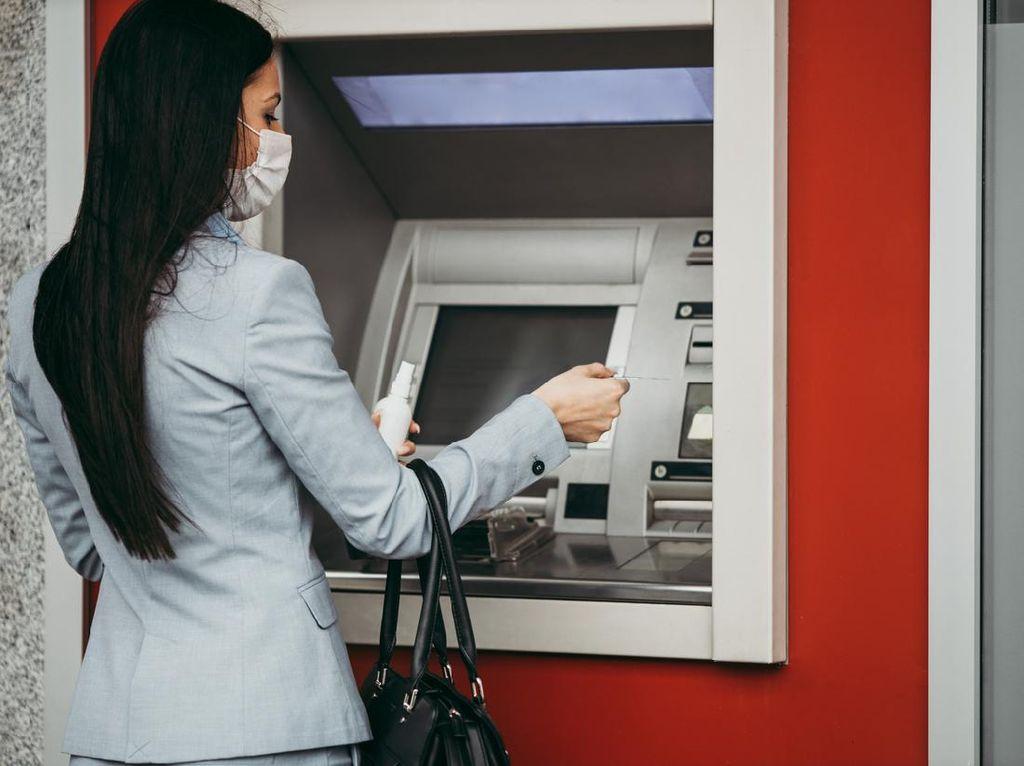 Ada Orang Kelamaan Transaksi di Mesin ATM, Harus Ditegur?