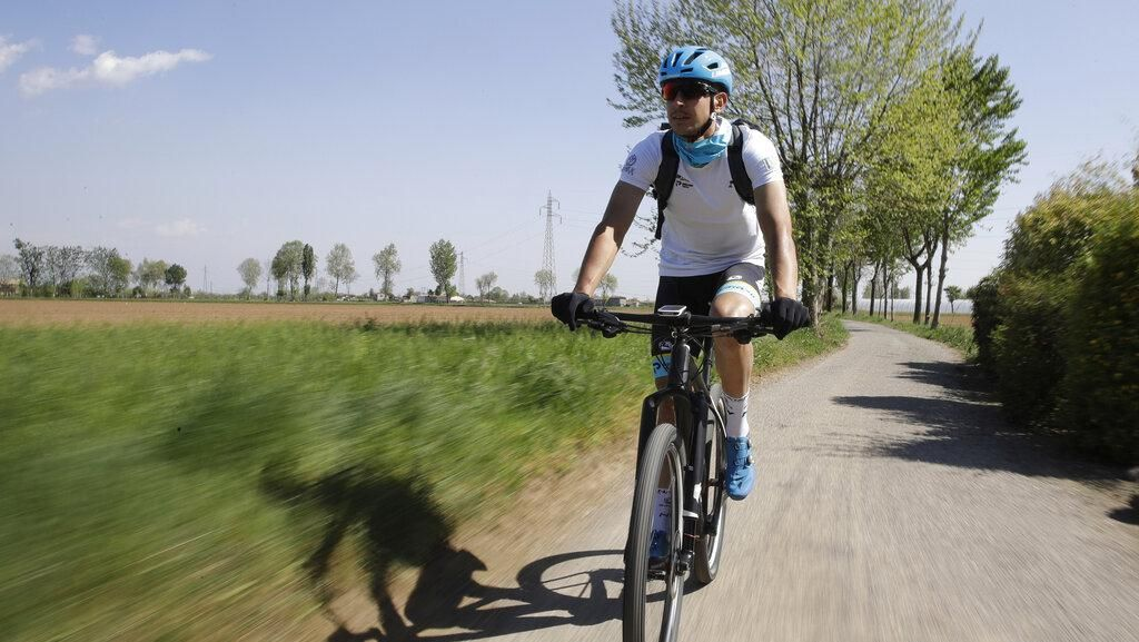 Ketika Atlet Pebalap Sepeda Jadi Relawan Pengantar Obat Corona