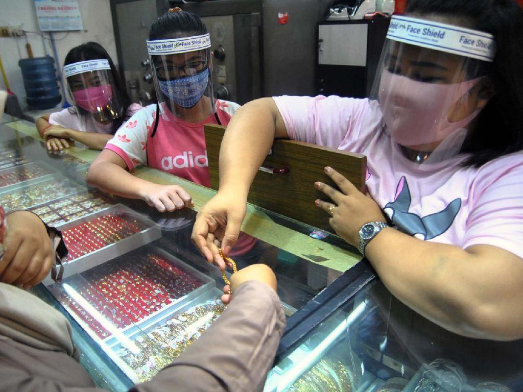 Layani Pembeli, Pekerja Toko Emas Kenakan Pelindung Wajah