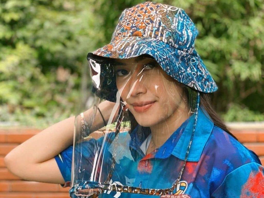 Topi Corona Lagi Hits, Dipakai Cathy Sharon dan Aliya Rajasa