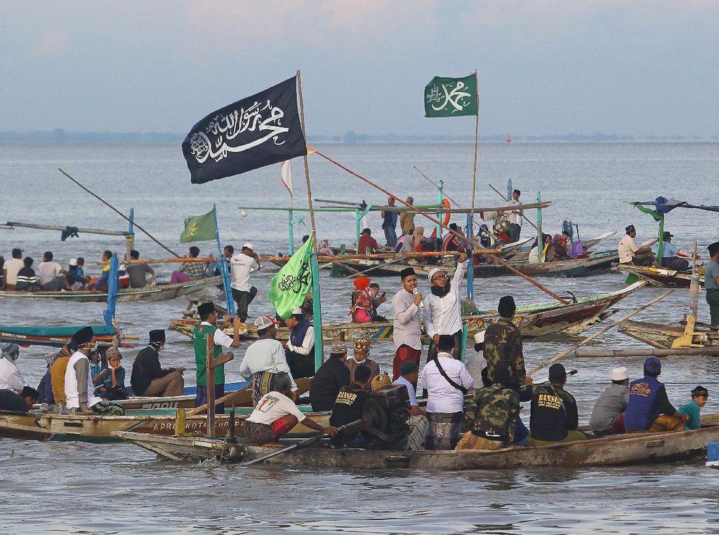 Warga Pantai Kenjeran Surabaya Bersholawat di Atas Perahu