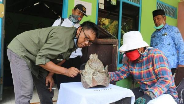 Warga Blitar menemukan mahkota logam dalam sungai. Setelah meneliti lokasi penemuan dan kondisi mahkota, BPCB Jatim menyebut mahkota itu bukan benda cagar budaya.