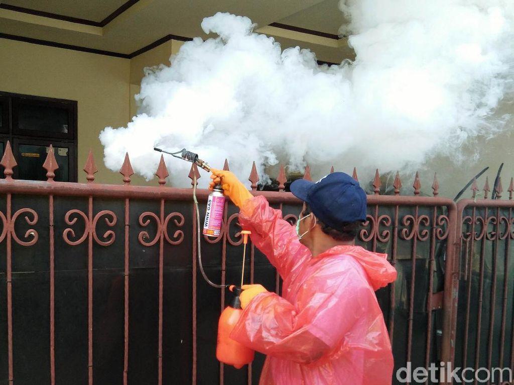 Cegah DBD, Warga Sawangan Lakukan Fogging