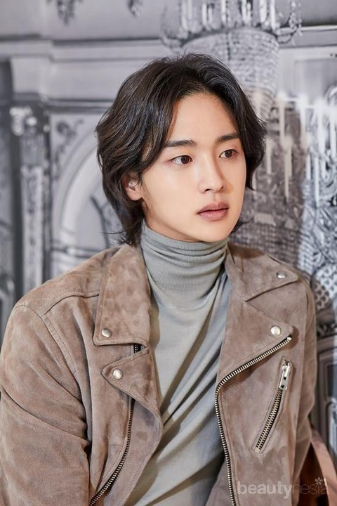 8 Aktor Tampan Korea Ini Makin Berkharisma dengan Rambut Gondrongnya