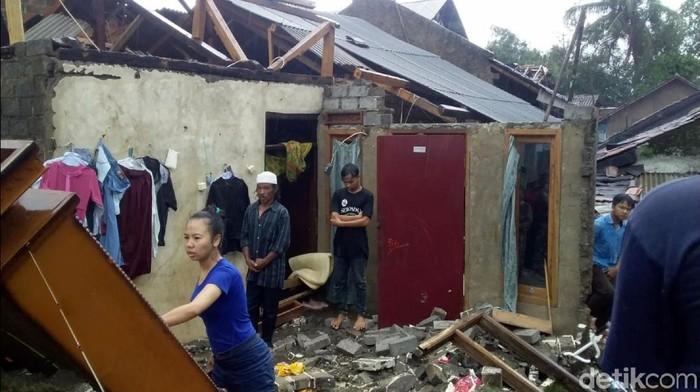 Hujan angin rusak atap rumah di sukabumi