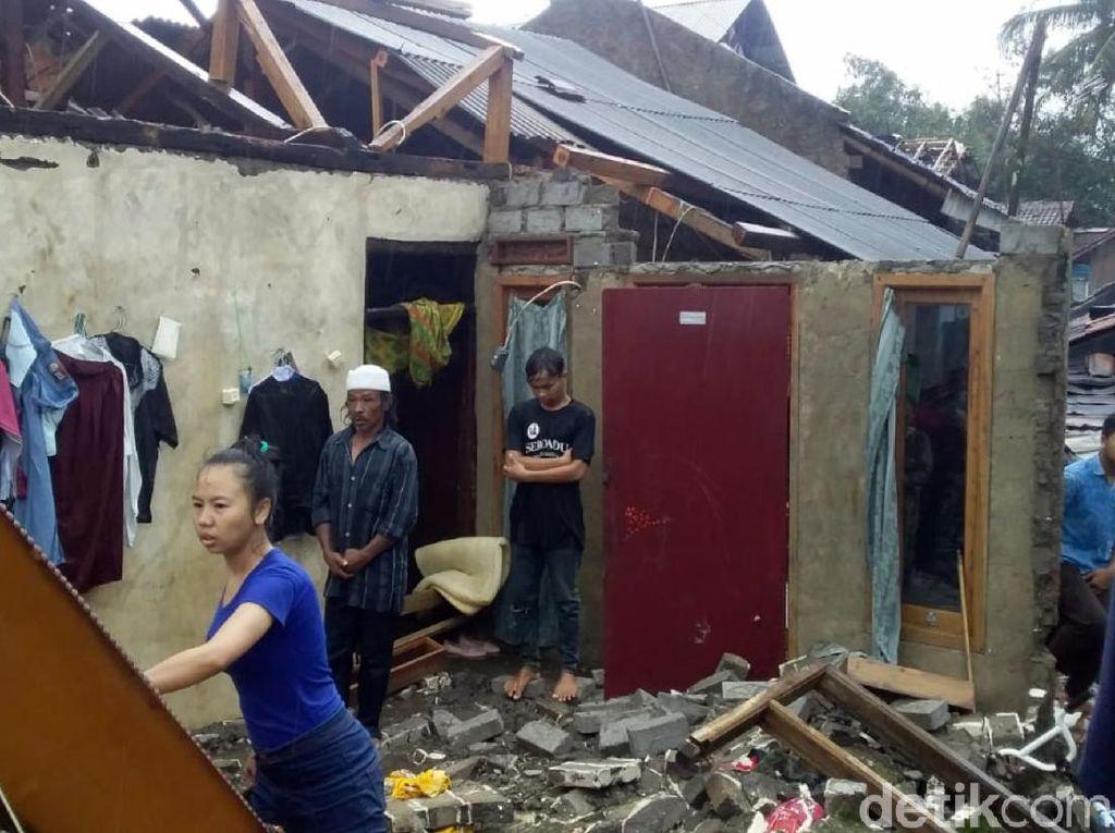 Atap Rumah Warga Berterbangan Diterjang Angin Kencang di Sukabumi