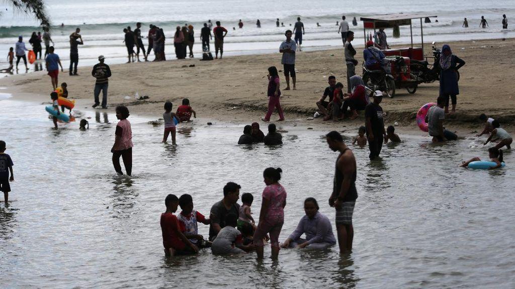 Santuy... Pantai Wisata di Aceh Ini Masih Aja Ramai