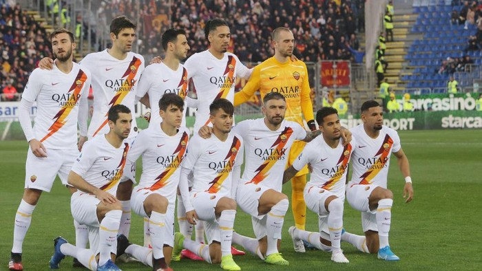CAGLIARI, ITALY - MARCH 01: Players of Roma pose before the Serie A match between Cagliari Calcio and  AS Roma at Sardegna Arena on March 1, 2020 in Cagliari, Italy.  (Photo by Enrico Locci/Getty Images)