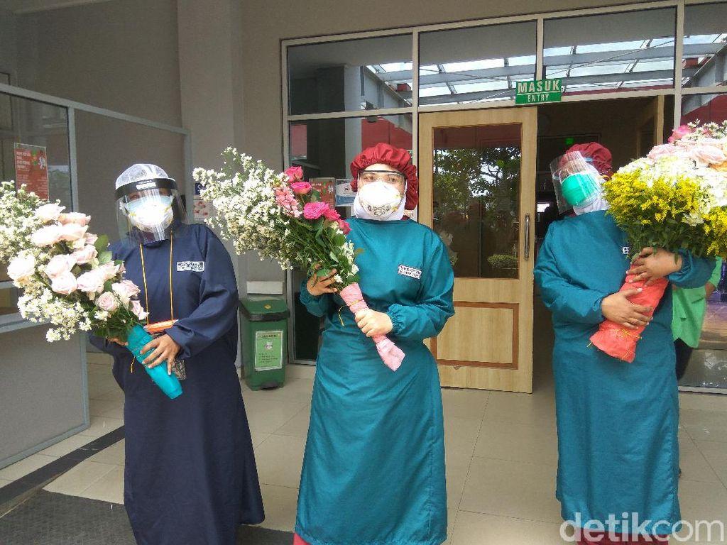 Paramedis di RS Cimahi Terharu Dapat Kiriman Bunga dari Petani
