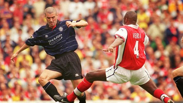 Manchester United's captain Roy Keane (L) contests the ball against Arsenal's Patrick Vieira 22 August 1999 during their Premiership clash at Highbury in North London. Keane scored twice in the match including a late winner two minutes from time to seal the victory 2-1 putting Manchester United top of England's Premiership league afer 4 games. (Photo by Adrian DENNIS / AFP)