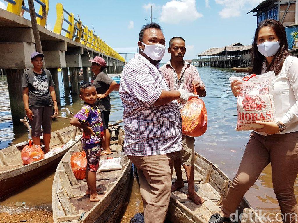 Terima Bantuan Sembako, Warga Suku LautBatam Menangis Haru