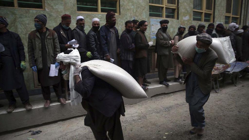 Jelang Ramadhan, Pekerja Harian Afghanistan Terima Gandum Gratis