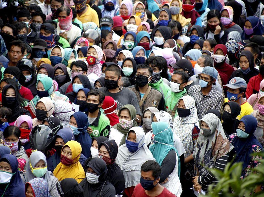 Abaikan Social Distancing, Warga Bogor Berdesakan Antre Sembako
