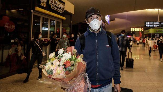 Pelatih Wuhan Zall, Jose Gonzalez, mendapat bunga dari suporter.