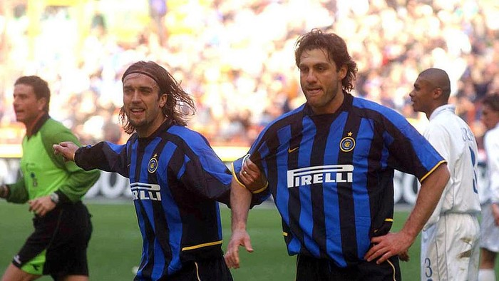 MILAN - MARCH 16:  Gabriel Batistuta and Christian Vieri of Inter Milan celebrate during the Serie A match between Inter Milan and Como, played at the Giuseppe Meazza San Siro Stadium, Milan, Italy on March 16, 2003.  (Photo by Grazia Neri/Getty Images)