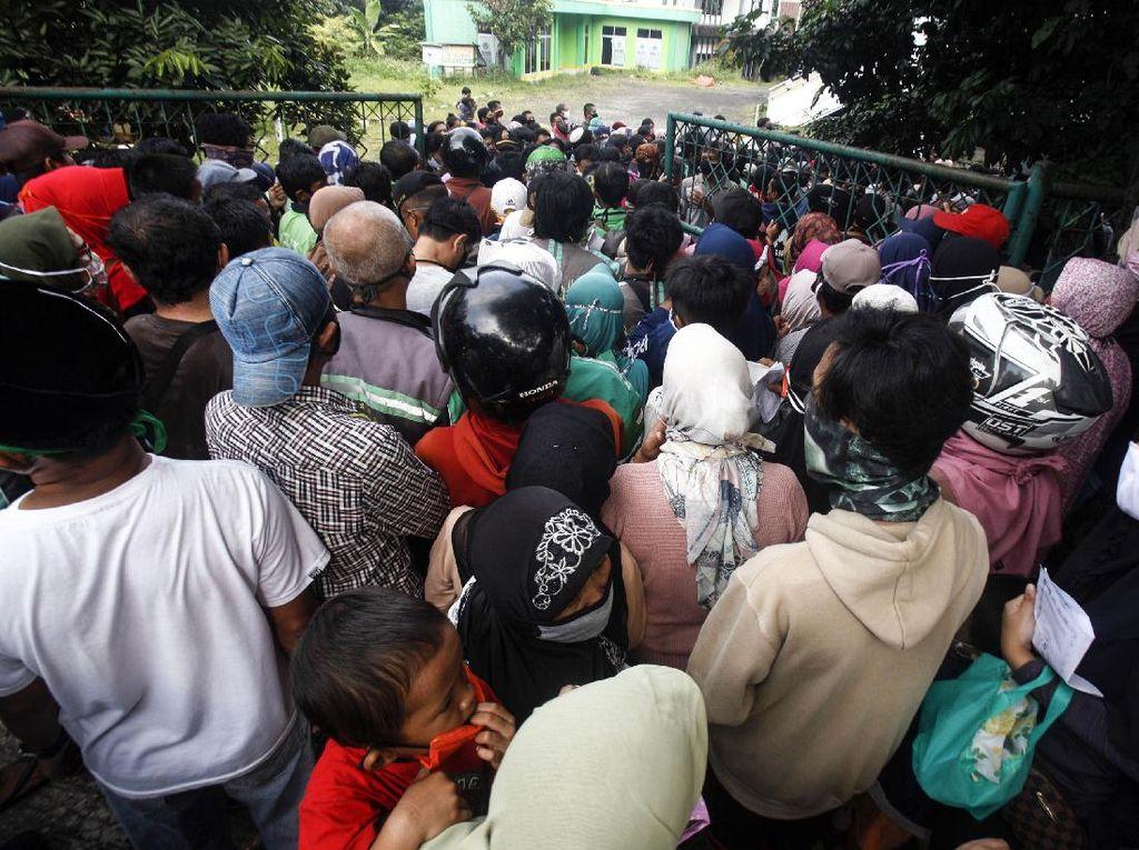 Ratusan Warga Berdesakan Antre Bansos di Kantor Pos Subang