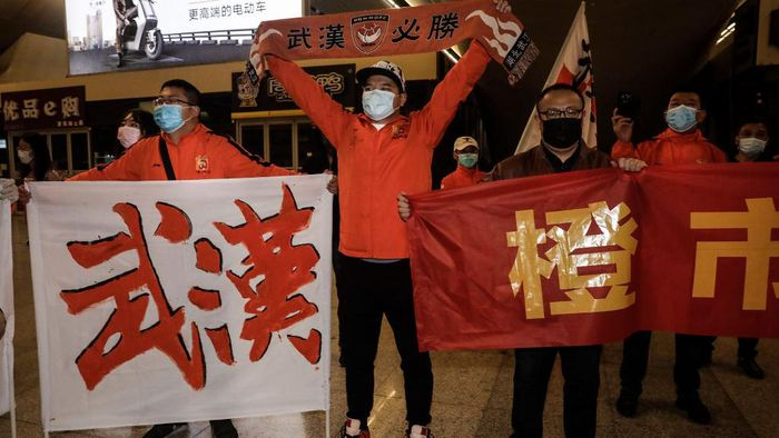 WUHAN, CHINA - APRIL 18:(CHINA OUT) Supporters of Wuhan Zall football team welcome the team when they arrive arrive at Wuhan railway station on April 18, 2020 in Hubei, China. The Wuhan Zall football team left Wuhan on January 5, 2020 for a training session in Guangzhou of Guangdong Province. Since then the team has spent 104 days training in Malaga, Spain and other cities in Guangdong before finally returning to Wuhan on Saturday, finishing a prolonged journey during the Coronavirus (COVID-19) pandemic.(Photo by Getty Images)