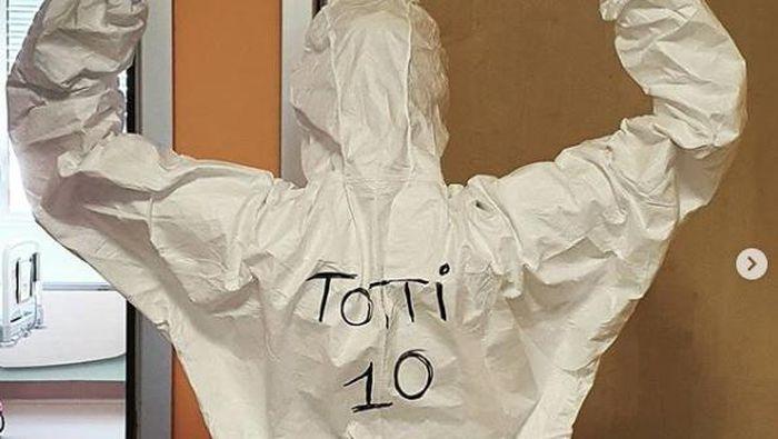 Tenaga medis dengan baju APD bertuliskan Totti di Italia.