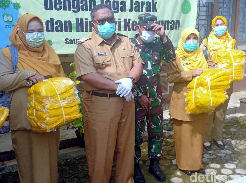 Baju Hazmat Disebar untuk Tenaga Medis Puskesmas di Sukabumi