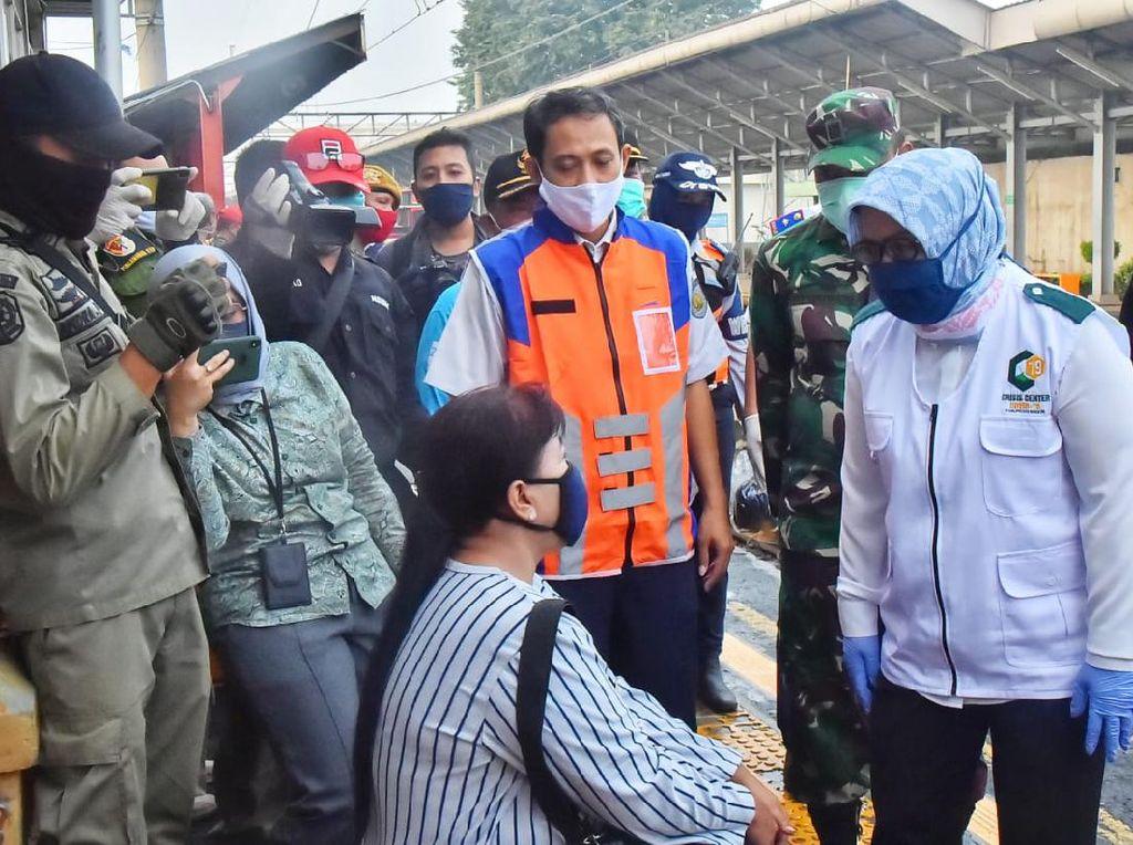 Tinjau KRL, Bupati Bogor Minta DKI Tegas Atur Kantor yang Tak Taat PSBB