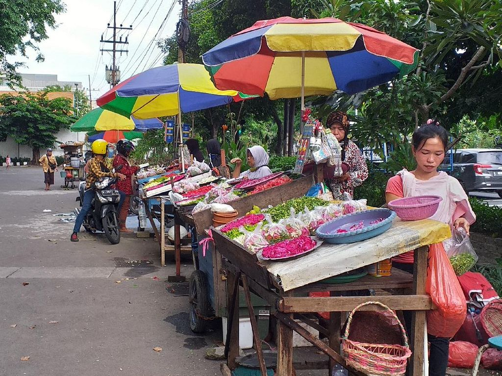 Peziarah Sepi, Omzet Pedagang Kembang Turun hingga 50 persen
