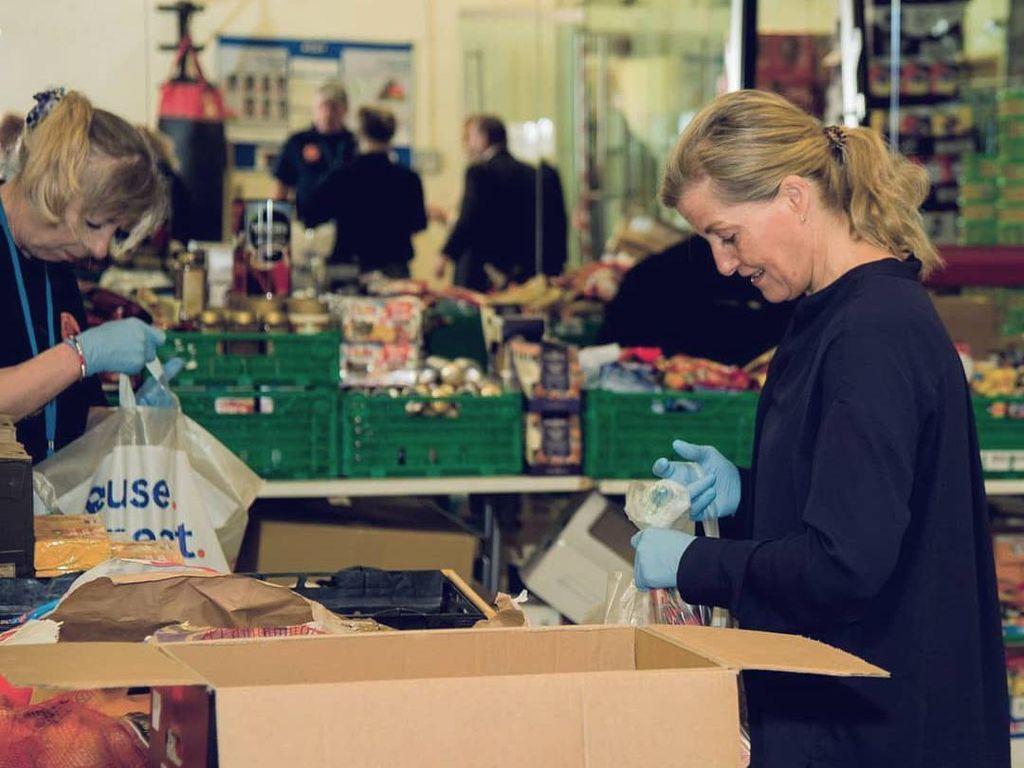 Foto: Menantu Ratu Elizabeth II Bantu Siapkan Sembako untuk Tenaga Medis