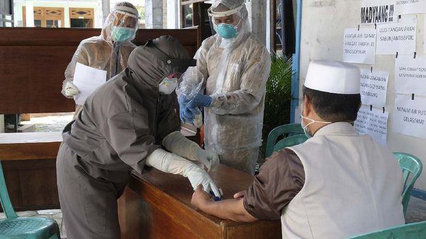 Petugas kesehatan melakukan rapid test kepada seorang anggota Jamaah Tabligh di Mojotengah, Kedu, Temanggung, Jawa Tengah, Senin (20/4/2020). Petugas Gugus Tugas Penanganan COVID-19 kabupaten Temanggung mendatangi satu persatu 84 anggota Jamaah tabligh yang mengikuti tabligh akbar di Gowa, Sulawesi Selatan beberapa waktu lalu. ANTARA FOTO/Anis Efizudin/wsj.