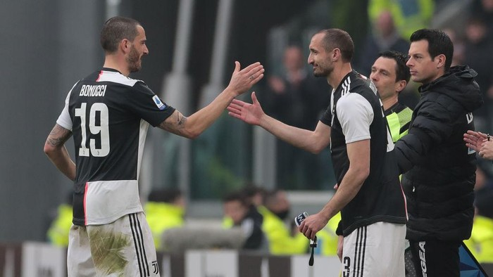 TURIN, ITALY - FEBRUARY 16:  Leonardo Bonucci of Juventus is replaced by his team-mate Giorgio Chiellini during the Serie A match between Juventus and Brescia Calcio at Allianz Stadium on February 16, 2020 in Turin, Italy.  (Photo by Emilio Andreoli/Getty Images)