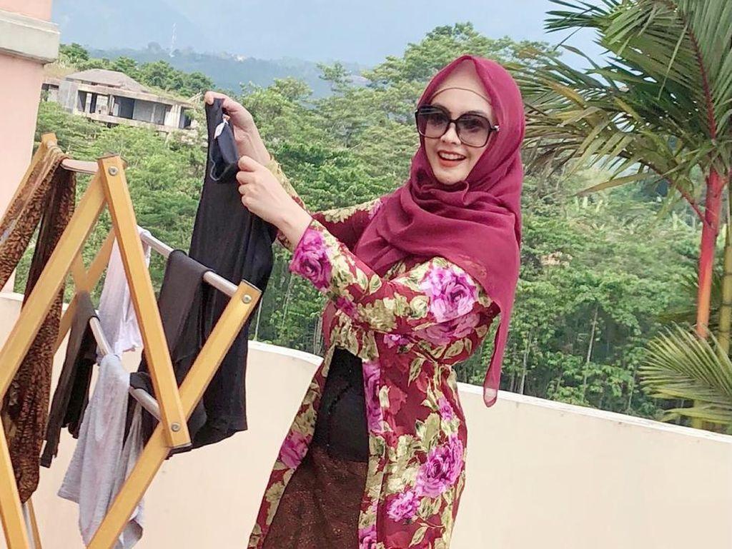 Ingrid Kansil Curi Perhatian di Hari Kartini, Jemur Baju Pakai Kebaya