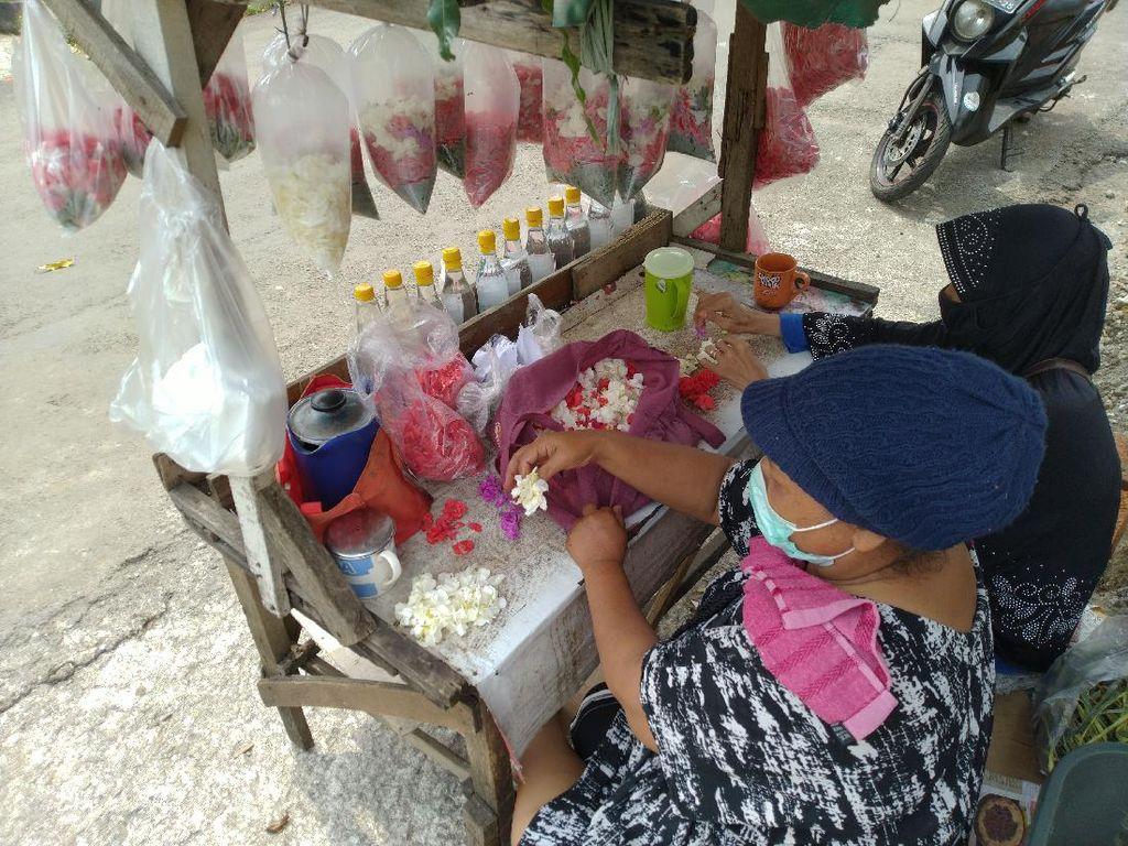 Cerita Para Pedagang Bunga Makam di Bogor: Sepi Pembeli dan Merugi