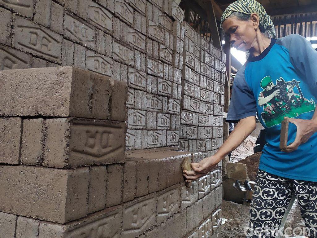 Perjuangan Nenek Pembuat Batako di Cianjur, Tetap Kerja di Tengah Corona