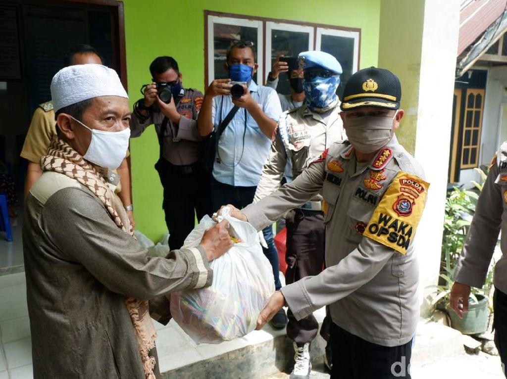Minta Warga Sultra Jaga Jarak, Polisi Bagikan Ribuan Masker dan Sembako