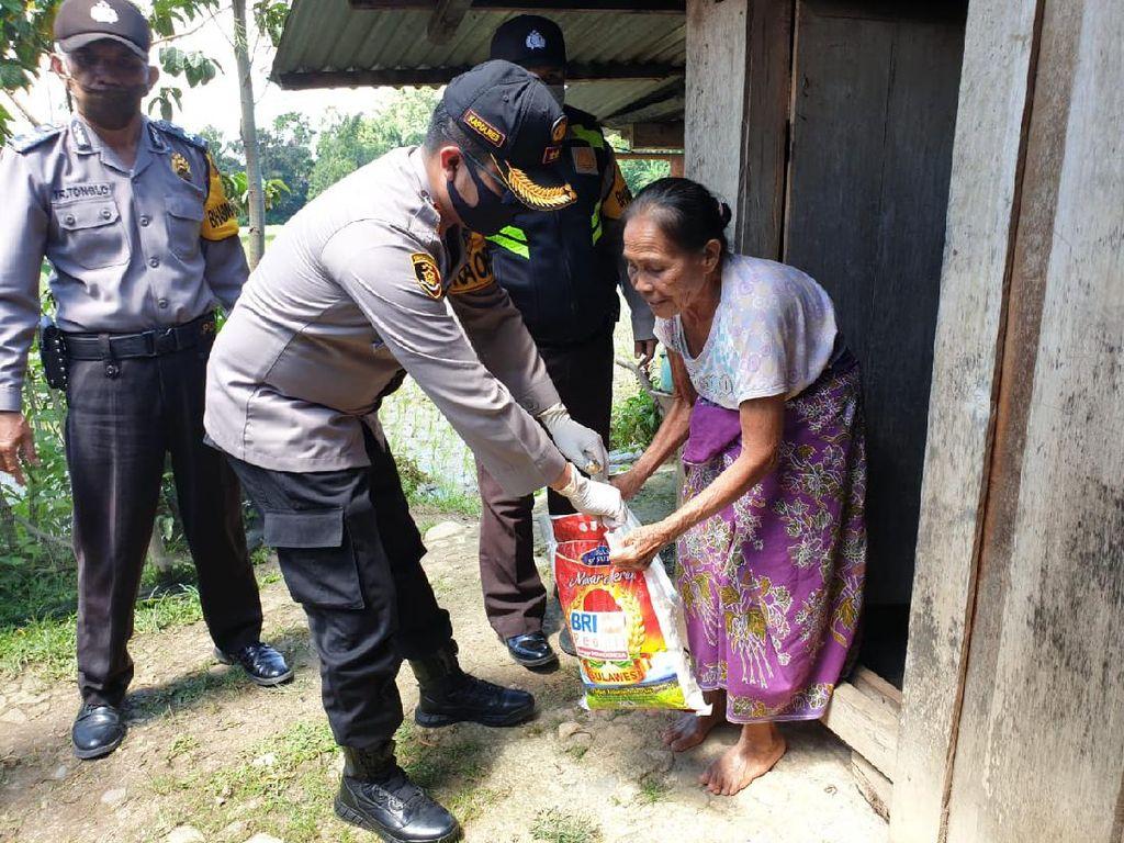 Polres Toraja Utara Bagikan 1.000 Sembako untuk Warga Terdampak Corona